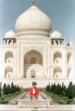 "PKT 651 - 24133 LP3D PRINCE AND DIANA, PRINCESS OF WALES INDIA 1992 Princess Diana sat in wistful solitude at the Taj Mahal - the world's most famous monument to a lost love. It was, she said, 'fantastic'. Then she added, mysteriously: ""It is a very healing place."""