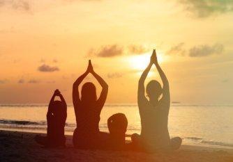 familia-meditando-junta