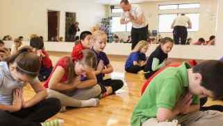ninos-meditando-clase-gimnasia