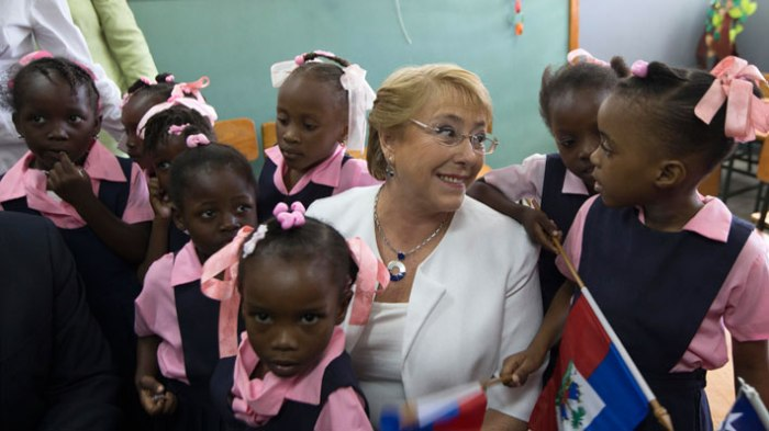 bachelet-con-ninas-haitianas